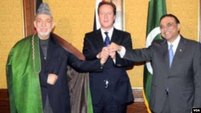 Thủ tướng Anh David Cameron (giữa) Tổng thống Afghanistan Hamid Karzai (trái) và Tổng thống Pakistan Asif Ali Zardari