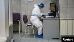 Arhiva - Medicinska radnica u Zemunskoj bolnici (Foto: Rojters, Marko Đurica)