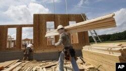在維吉尼亞州一個建築工地,工人忙於建造房屋。