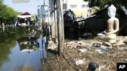 泰国中部遭到部分水淹的街道上遍地是垃圾