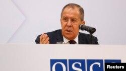 세르게이 라브로프 러시아 외무장관이 오스트리아 빈에서 열린 유럽안보협력기구(OSCE) 외무장관회의에서 기자회견을 하고 있다.