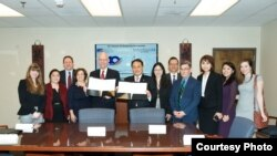 美国在台协会执行理事和驻美国台北经济文化代表2019年4月12日在美国在台协会签署《美台合作处理跨国父母擅带儿童离家了解备忘录》。(驻美国台北经济文化代表处照片)