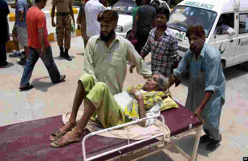 کراچی میں ہیٹ اسٹروک سے متاثرہ ایک خاتون کو اسپتال لایا جا رہا ہے۔