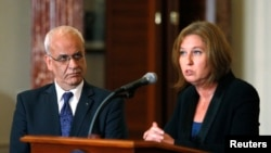 FILE - Chief Palestinian negotiator Saeb Erekat, left, and Israel's Justice Minister Tzipi Livni address media after State Department talks, Washington, July 30, 2013.