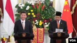 Presiden Susilo Bambang Yudhoyono didampingi Presiden China Xi Jinping di Istana Merdeka Jakarta (2/10). (VOA/Andylala Waluyo)