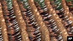 아리랑 축제에서 행군하는 북한 군인들