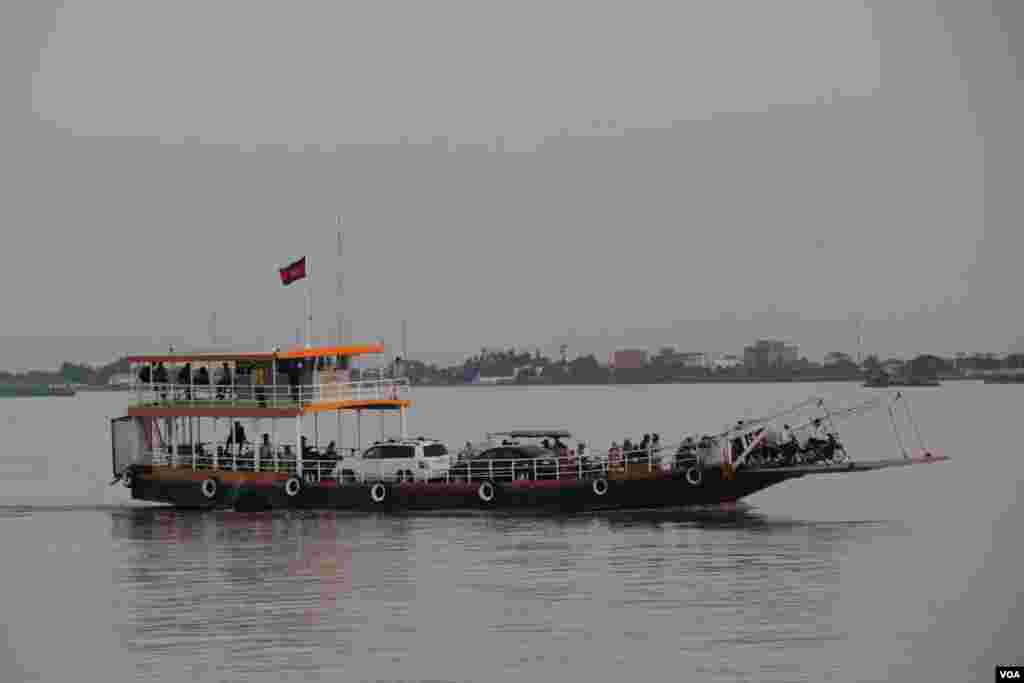 A ferry carrying people across the Mekong River to Akrey Ksatr Commune, Kandal Province. Cambodia, September 27, 2014. (Nov Povleakhena/VOA Khmer)