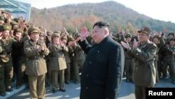 Lãnh tụ Bắc Hàn Kim Jong Un đi giám sát việc phóng phi đạn đạn đạo tại đơn vị pháo binh Hwasong. Ảnh do hãng thông tấn trung ương Bắc Hàn đưa ra ngày 7/3/2017.