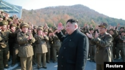 북한 김정은 국무위원장이 조선인민군 전략군 화성포병부대들의 탄도로케트발사훈련을 현지에서 지도했다고, 조선중앙통신이 지난 7일 보도했다. 사진은 김정은 국무위원장(가운데)이 화성포병부대 부대원들을 격려하는 모습.