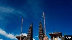 Đền thờ có mặt ở tất cả các gia đình khá giả, trong tất cả làng, bản, và ở mọi góc phố. Hindu là tôn giáo chính của đảo Bali