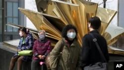 14일 베이징에서 신종 조류독감 감염 우려 때문에 마스크를 착용한 행인들.