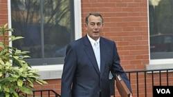 Ketua DPR John Boehner dari Partai Republik keluar dari rumahnya di Capitol Hill, Washington.