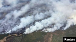 캐나다 앨버타 주 포트 맥머레이 시 전역에 최악의 산불이 발생해 긴급 대피령이 내려졌다. 4일 산불 현장을 상공에서 촬영한 사진.