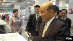 民进党主席苏贞昌2月3日早在松山机场办理赴日登机手续。 (美国之音申华拍摄)