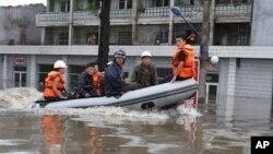 30일 북한 평안남도 안주 시에서 홍수로 물에 잠긴 거리.