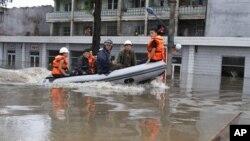 지난 7월 30일 북한 평안남도 안주 시에서 폭우로 침수된 거리.