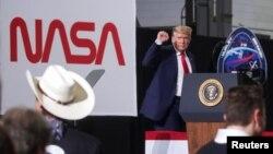 Дональд Трамп під час брифінгу з нагоди першого запуску пілотованої ракети SpaceX Falcon9