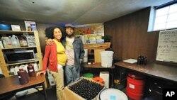 Pierre et Jamyla Bennu, deux entrepreneurs noirs de Baltimore (Maryland), dans leur unité de production située dans la cave de leur maison