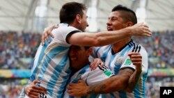 24일 브라질 월드컵 아르헨티나와 나이지리아의 경기에서 아르헨티나의 리오넬 메시(왼쪽) 득점을 올린 후 동료들과 함께 기뻐하고 있다.