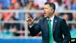 Mexico coach Juan Carlos Osorio gives indications to his players during the Confederations Cup, third place soccer match between Portugal and Mexico, at the Moscow Spartak Stadium, July 2, 2017.