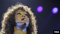 Penyanyi Whitney Houston saat tampil di O2 arena di London dalam rangkaian tour Eropa (foto dok: April 2010).