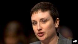 Cựu trung sĩ Lục quân Mỹ Rebekah Havrilla điều trần trước tiểu ban đặc trách về nhân sự thuộc Ủy ban quân vụ thượng viện về vấn đề tấn công tình dục trong quân đội