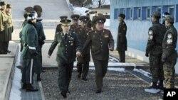 北韩军人2月9日到板门店停战村会谈