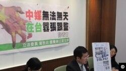 台湾执政党民进党立委罗致政批评香港大公报记者跟监报道涉及国安问题。(美国之音张永泰拍摄)