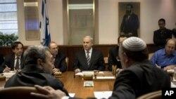 PM Israel Benyamin Netanyahu saat memimpin rapat kabinet, bersama Moshe Yaalon (baju biru, paling kanan(foto: dok)).