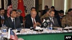 Trong bức ảnh của APP hôm 6/2/2016, Cố vấn An ninh Quốc gia Pakistan Sartaj Aziz (giữa) chủ trì vòng ba của cuộc đàm phán với các đại diện Afghanistan, Mỹ và Trung Quốc tại Islamabad.