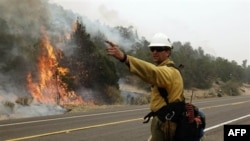 Nhân viên cứu hỏa Arizona cố gắng dập tắt các đám cháy