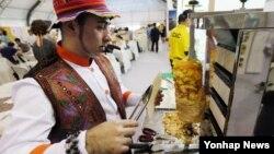 인천 아시안게임 개막일인 지난 19일 인천시 서구 인천아시아드 주경기장 인근에서 열린 '2014 아시아음식문화축제'에서 요리사들이 대회 개회식 관람객들에게 대접할 음식을 준비하고 있다.