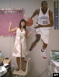 Đan Chi dán hình cầu thủ bóng rổ Kevin Duran trong lớp học như tấm gương của sự phấn đấu, khuyến khích tinh thần vươn lên của học trò