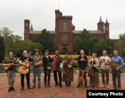 Hannah Standiford (ke-4 dari kiri) bersama teman-teman Orkes Keroncong Rumput di AS (dok: Hannah Standiford)