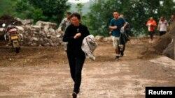Ljudi beže pred mogućim klizištem posle zemljotresa u oblasti Junan, 3. avgust 2014.