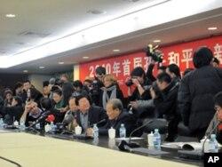 颁奖仪式吸引大批记者前来采访