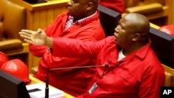 Le leader des Combattants pour la liberté économique (EFF) Julius Malema (droite) , au Cape, Afrique du Sud, mars 2015.