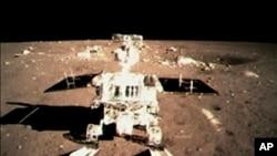 視頻截圖顯示中國登月車2013年12月15日開始在月球行走。(AP/CCTV)