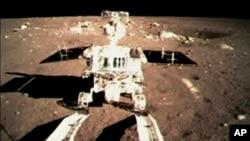 Kendaraan penjelajah China 'Jade Rabbit' mulai melakukan menjelajah permukaan Bulan beberapa jam setelah mendarat di sana (15 Desember 2013).