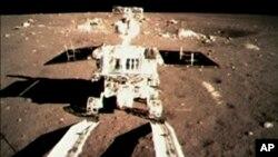 Imágen del Conejo de Jade tomada desde la sonda espacial china en la superficie de la Luna.