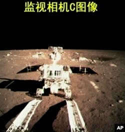 Thiết bị thăm dò tự hành Thỏ Ngọc trên bề mặt của Mặt Trăng.