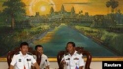 柬埔寨海军上将茶荣(右)与中国海军少将俞满江在金边举行会晤(2016年2月24日)
