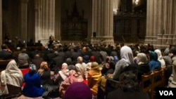 Umat muslim AS mendengarkan Khutbah Jumat di Gereja Nasional Kathedral Washington di Washington DC hari Jumat (14/11).
