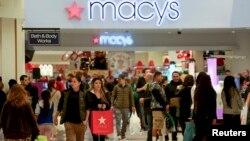 지난 2013년 미국의 추수감사절 다음날인 '검은금요일(블랙프라이데이)'에 캘리포니아주 메이시 백화점에 사람들이 몰려들었다. (자료사진)