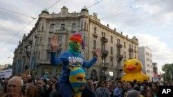 """Nekoliko hiljada ljudi, od kojih su neki nosili simbolične """"fantomke"""", protestovalo je na godišnjicu tajanstvenog rušenja objekata."""
