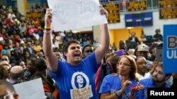 Lo soñadores están pidiendo al presidente Obama que extienda la Acción Diferida (DACA) a las personas que calificarían bajo el proyecto de ley que se estancó en el Senado.