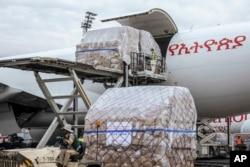 中國運往埃塞俄比亞包括口罩、試劑盒和防護用品在內的600萬件抗疫物資抵達亞的斯亞貝巴機場。(2020年3月22日)