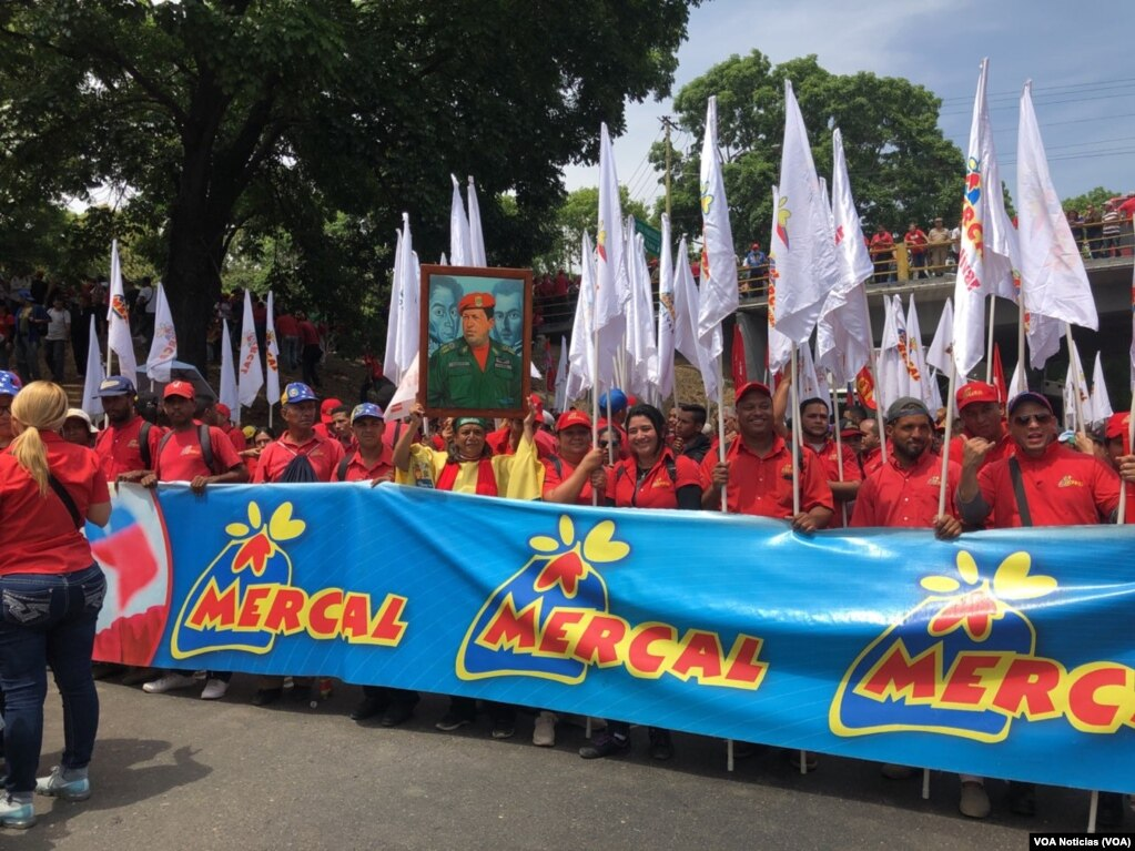 Сторонники президента Венесуэлы Николаса Мадуро маршируют в Каракасе 1 мая 2019 года.