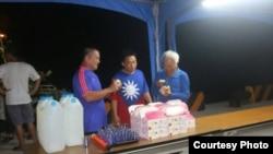 台湾渔民在太平岛码头上享用驻岛人员提供的餐食(台湾海巡署提供)