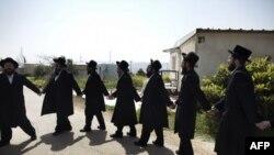 이스라엘 대법원이 웨스트 뱅크에서 가장 크고 오래된 유대인 정착촌 미그론의 철거 시한 연장을 거부한 가운데, 축복의 기도를 올리고 있는 초정통파 유대계 주민들(자료사진)